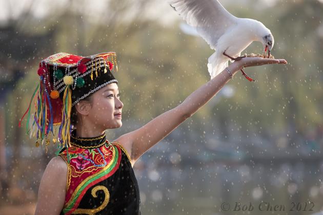 [摄影] 美女喂鸟图_图1-1