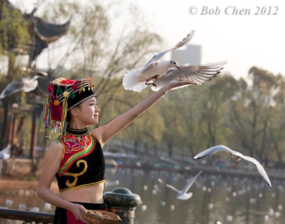 [摄影] 美女喂鸟图_图1-3