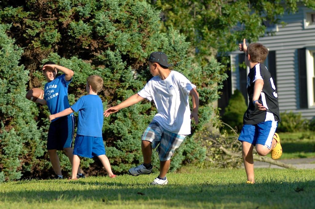 美國小孩最熱衷的戶外運動-美式足球_图1-2