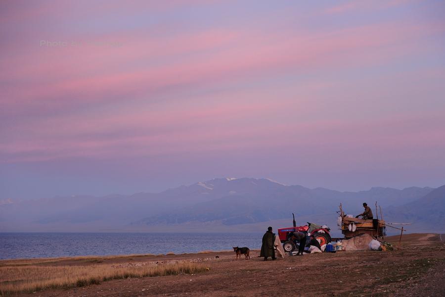 大美新疆——塞里木湖边牧羊人[原创]_图1-2