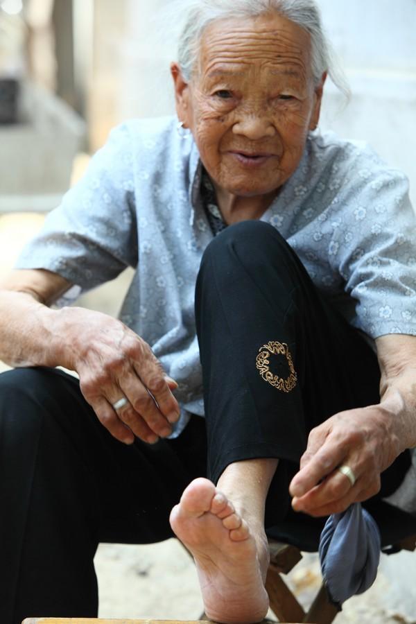 中国女性血泪史---大山深处最后的小脚母亲们_图1-1