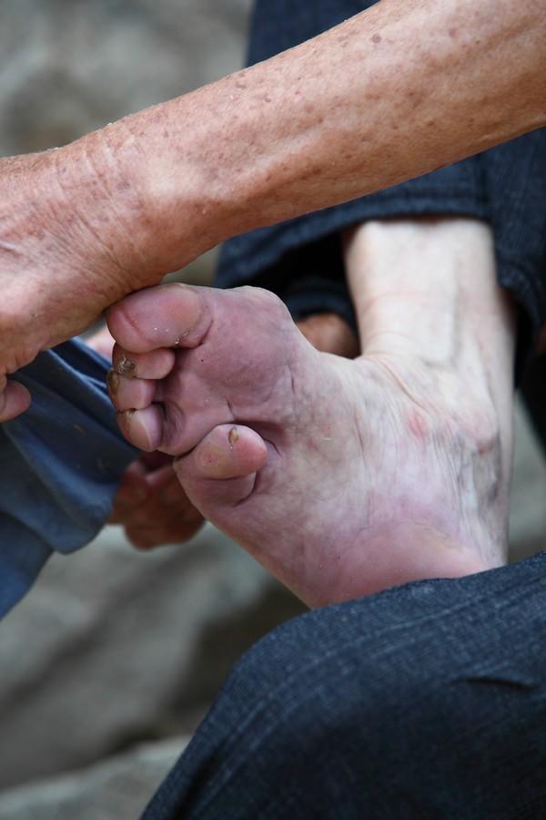 中国女性血泪史---大山深处最后的小脚母亲们_图1-2