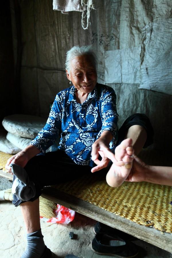 中国女性血泪史---大山深处最后的小脚母亲们_图1-3