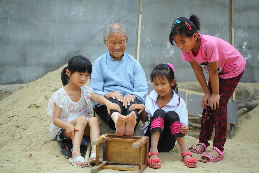 中国女性血泪史---大山深处最后的小脚母亲们_图1-9