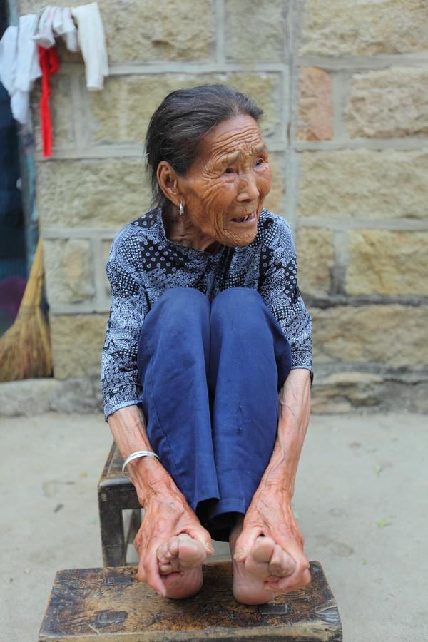 中国女性血泪史---大山深处最后的小脚母亲们_图1-16