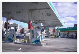 月影.纽约布鲁克林关闭了的油站也排队等油