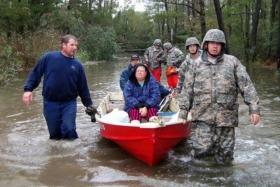 中美军队赈灾的场景惊人相像