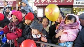纽约唐人街春节游行可爱的观众们