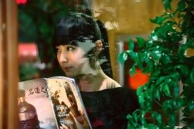 窗外-----玻璃窗里的小女孩