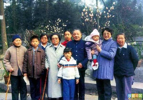 伟人邓小平的三次婚姻_图1-1