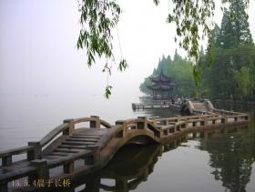 清晨绕行西湖的图读