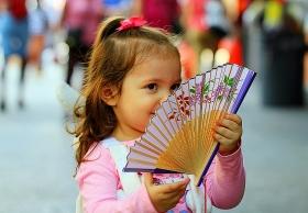 小洋人玩中国扇有点纠结!