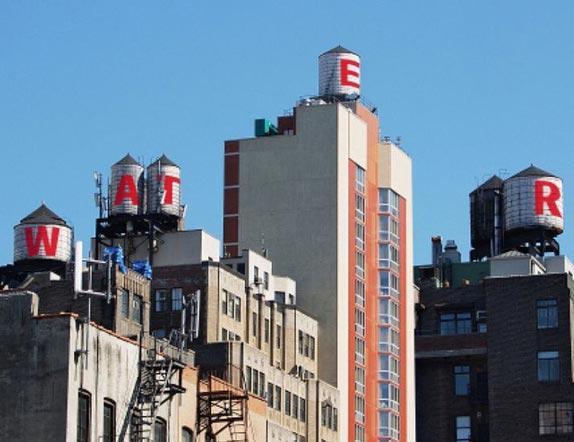紐約市自十九世紀開始,規定樓宇在六層或以上,都要自建水箱,儲水供應自身樓宇使用.當時一位波蘭移民很快就掌握了先机,用自身造酒桶的木工經驗,開展了屋頂水箱的制造服務.生意非常紅火.但時移世易,樓宇越建越高.水箱制作因大樓需要而变更為水泥或鋼鉄制造.而熟練的木匠又越來越少.