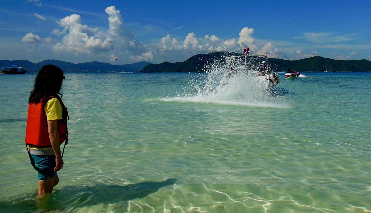 去年底,借着回大陆探亲之际,去了趟泰国普吉岛,用一个字来形容热,用两个字来形容很热,用三个字来形容非常热,呼吸的空气是热的,洗完澡出来又是一身汗。不过风景还是很美的.泰国的大象、曾经经历过海啸的海滨、泰国的食品、泰国人妖和长得像土豪的导游,都给我留下了深刻的印象。