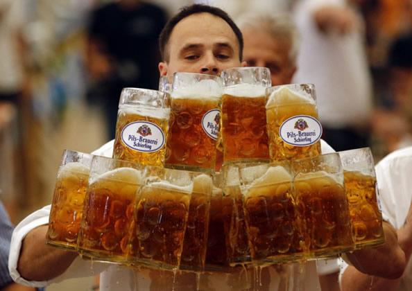 德一服务生一次拿起27杯啤酒 打破世界纪录_图1-1