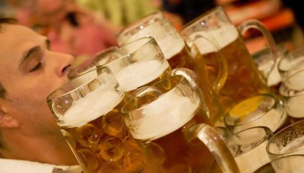 德一服务生一次拿起27杯啤酒 打破世界纪录_图1-2