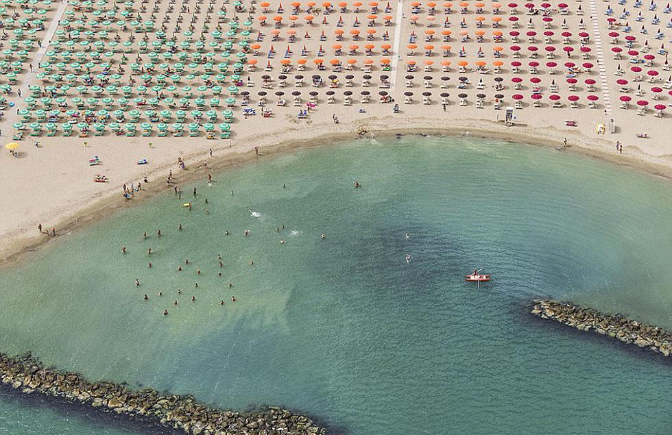 德国摄影师航拍沙滩伞图 五彩缤纷景象壮观_图1-2