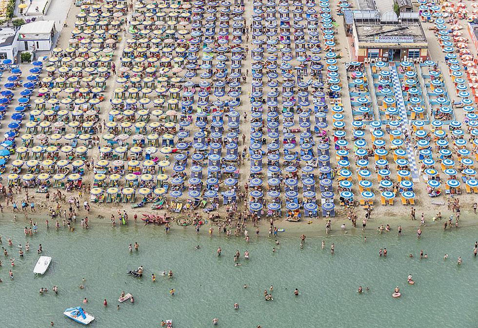 德国摄影师航拍沙滩伞图 五彩缤纷景象壮观_图1-4