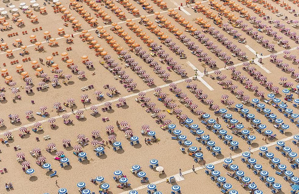 德国摄影师航拍沙滩伞图 五彩缤纷景象壮观_图1-5