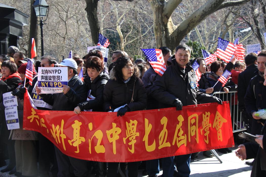纽约举行支持声援梁警官的游行_图2-1
