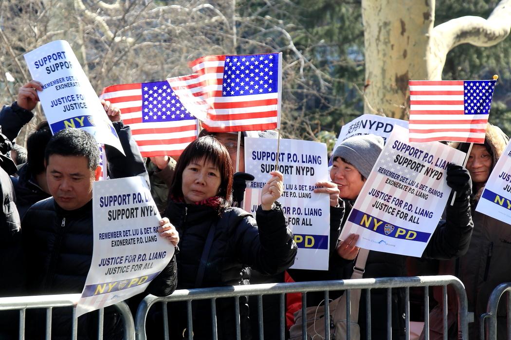 纽约举行支持声援梁警官的游行_图2-3