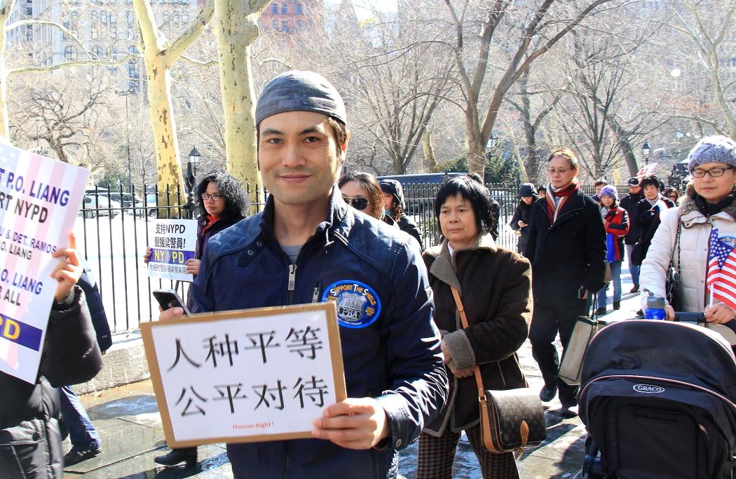 纽约举行支持声援梁警官的游行_图2-5