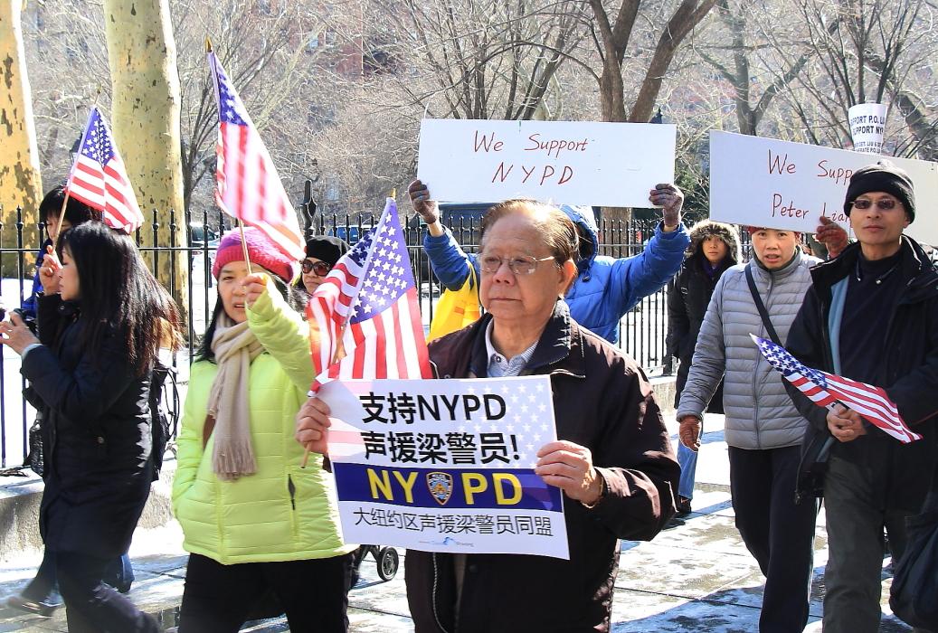 纽约举行支持声援梁警官的游行_图2-6