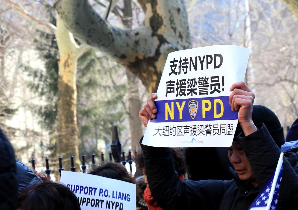 纽约举行支持声援梁警官的游行_图2-7