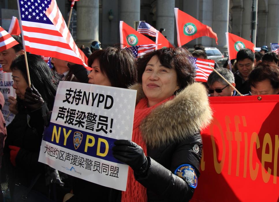 纽约举行支持声援梁警官的游行_图2-9
