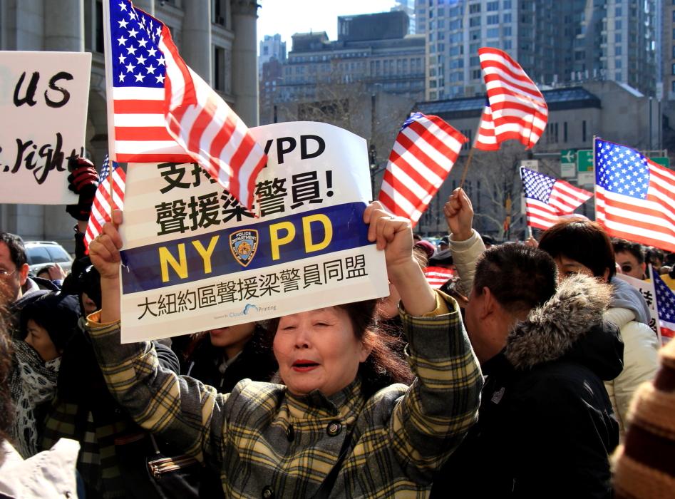 纽约举行支持声援梁警官的游行_图2-10
