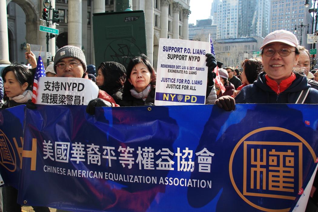 纽约举行支持声援梁警官的游行_图2-11