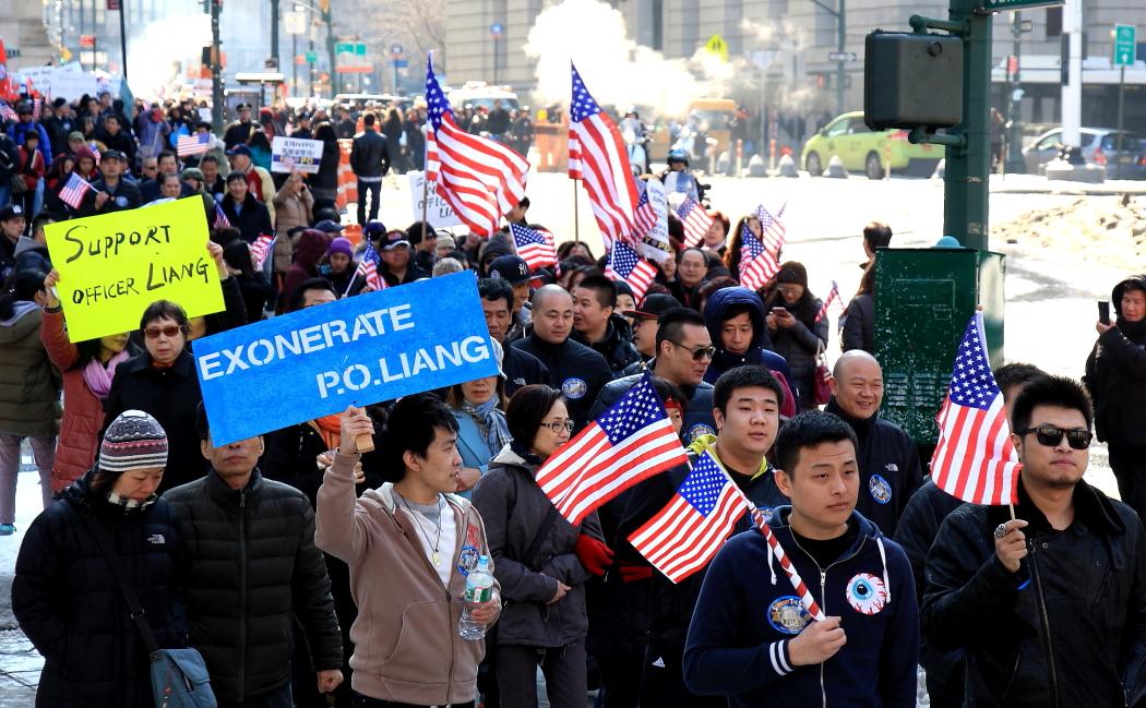 纽约举行支持声援梁警官的游行_图2-13
