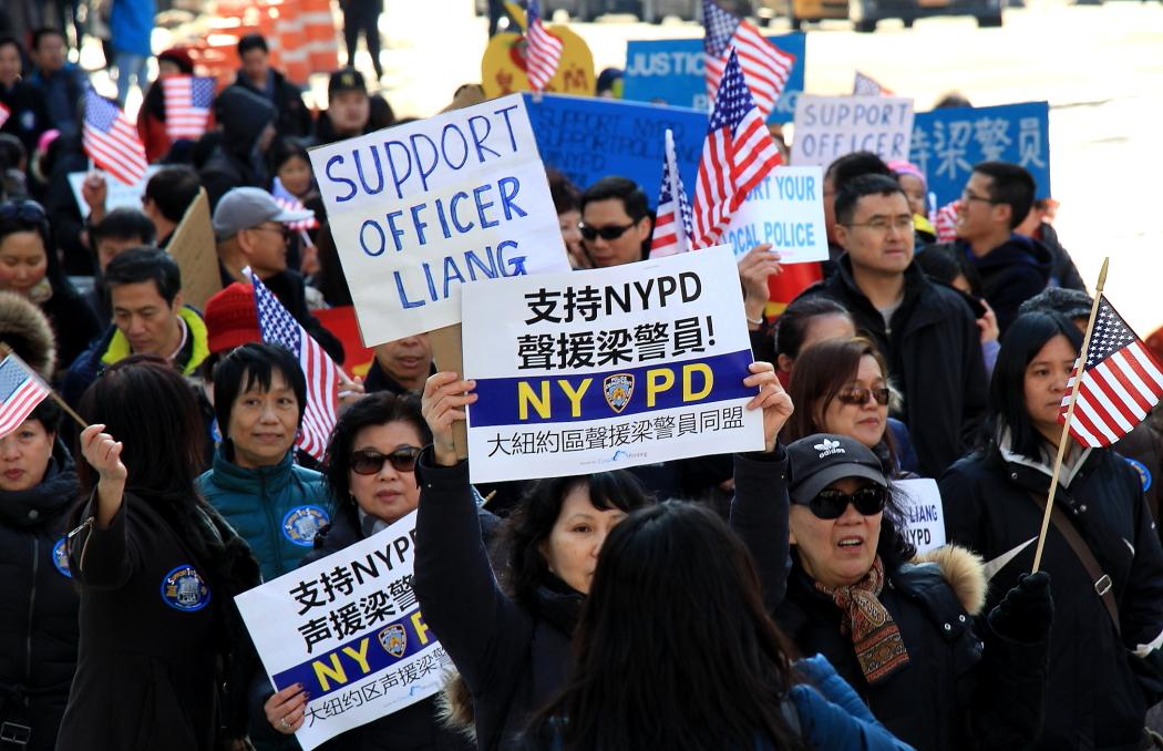 纽约举行支持声援梁警官的游行_图2-14