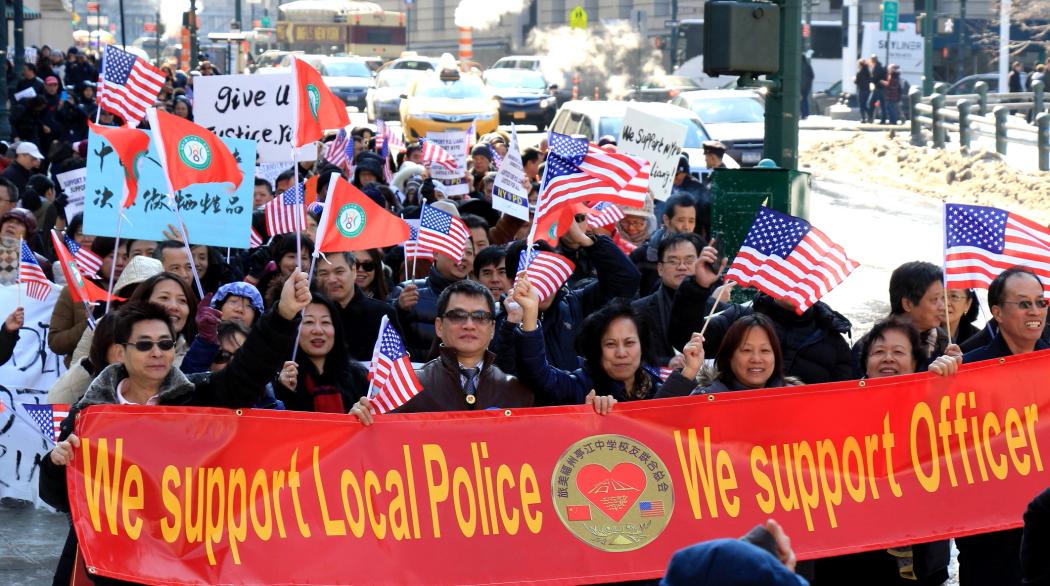 纽约举行支持声援梁警官的游行_图2-15