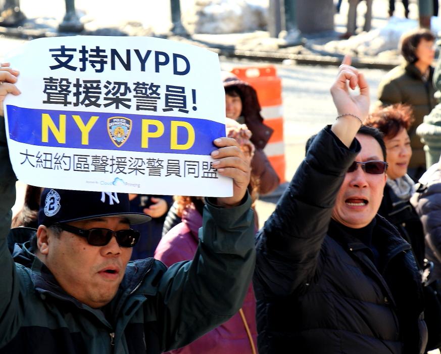 纽约举行支持声援梁警官的游行_图2-16
