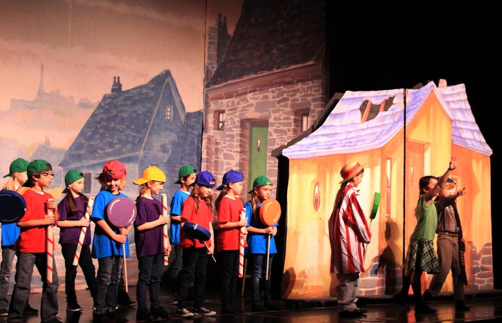 小学生演出的音乐剧《Willy Wonka》_图1-1