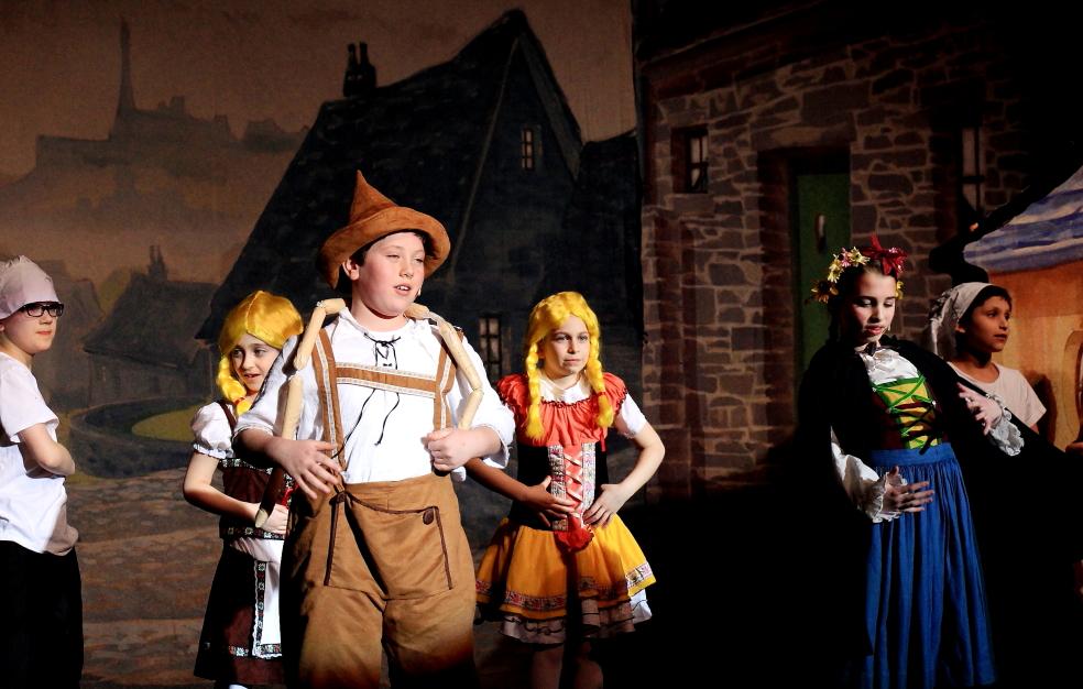 小学生演出的音乐剧《Willy Wonka》_图1-3