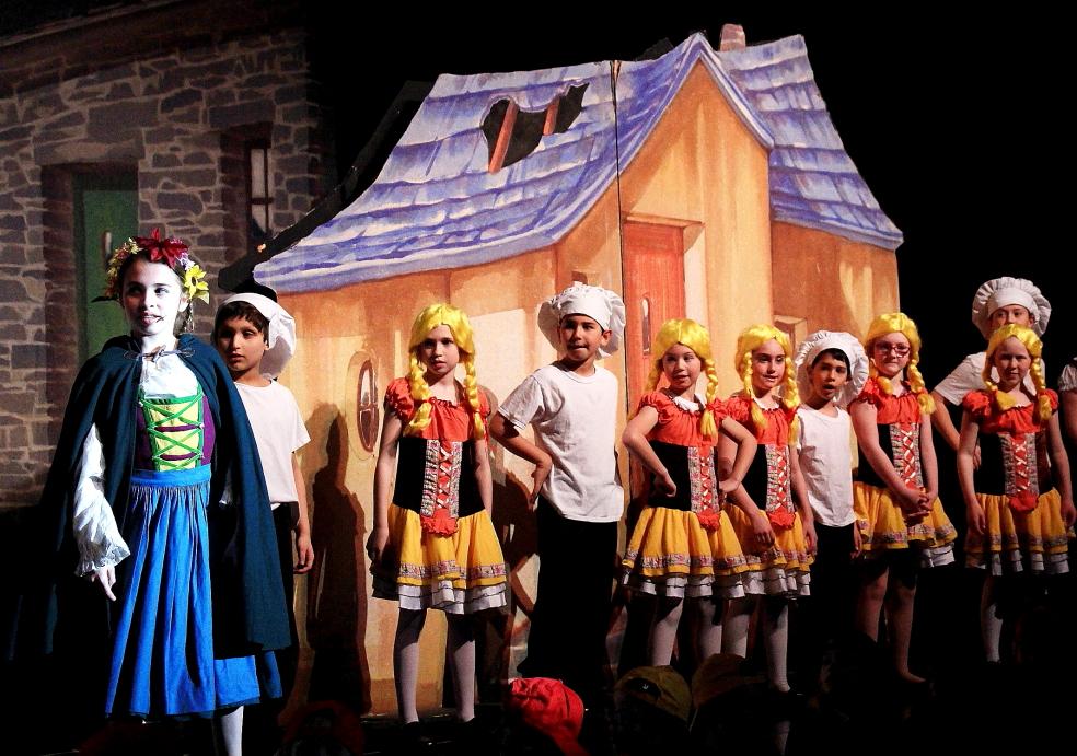 小学生演出的音乐剧《Willy Wonka》_图1-4