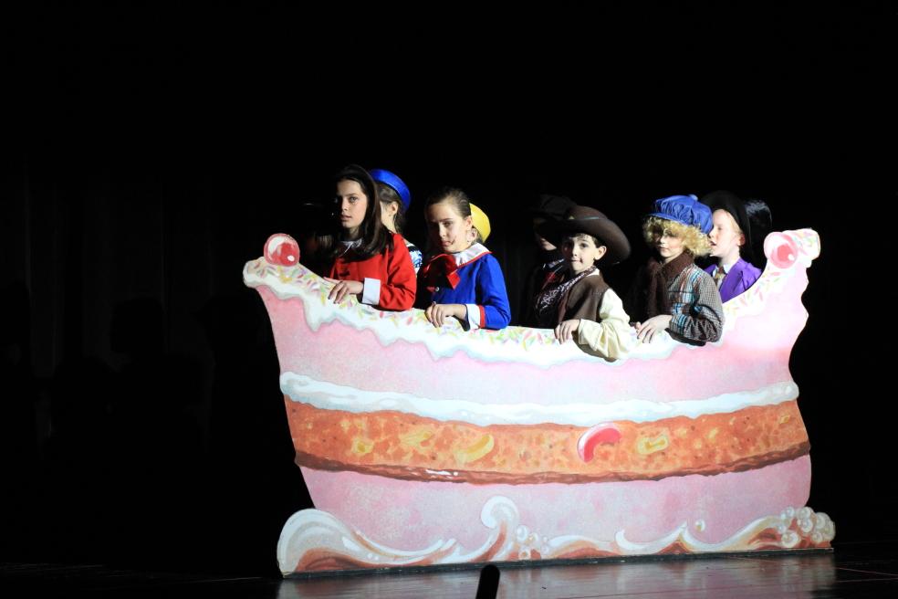 小学生演出的音乐剧《Willy Wonka》_图1-11