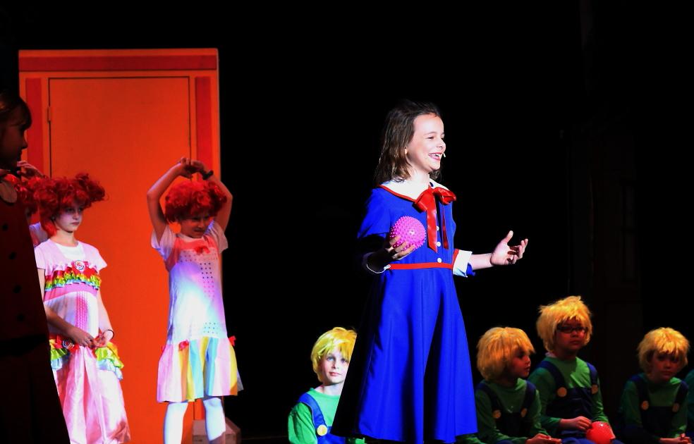 小学生演出的音乐剧《Willy Wonka》_图1-12