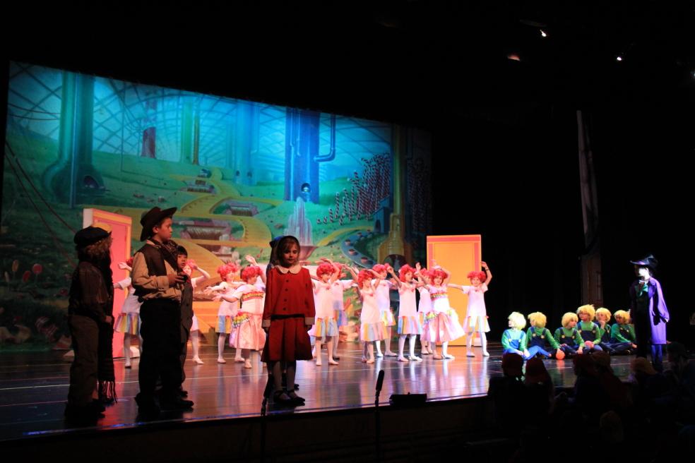 小学生演出的音乐剧《Willy Wonka》_图1-13
