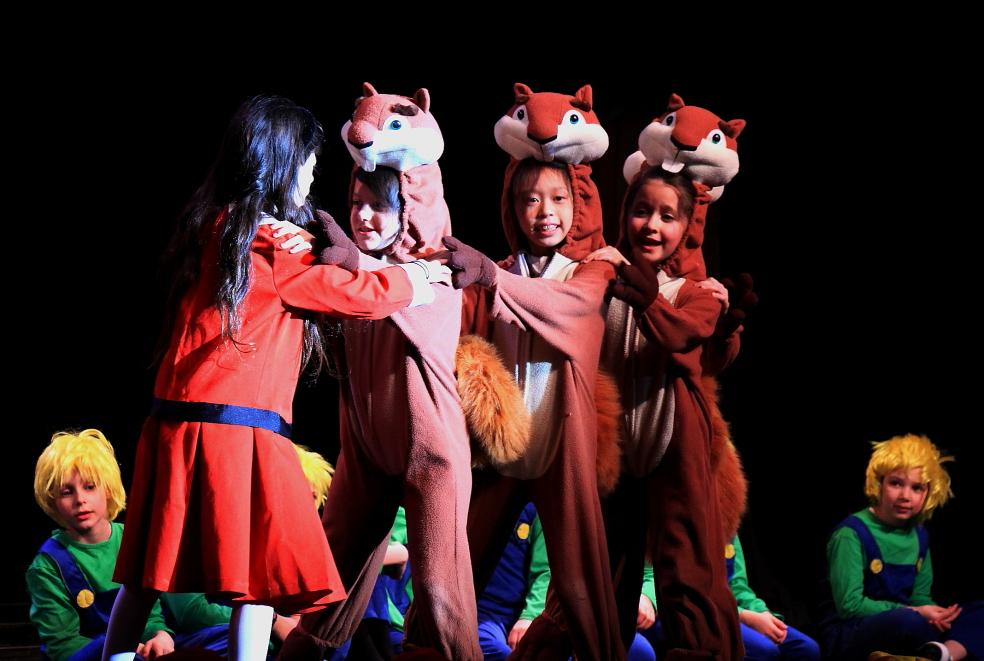 小学生演出的音乐剧《Willy Wonka》_图1-15