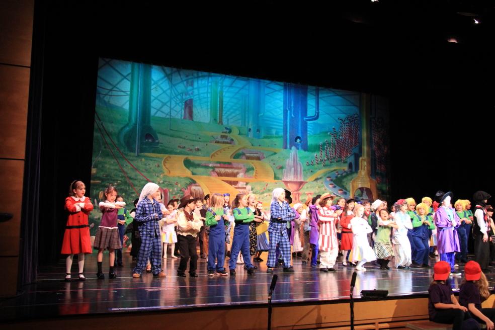 小学生演出的音乐剧《Willy Wonka》_图1-16