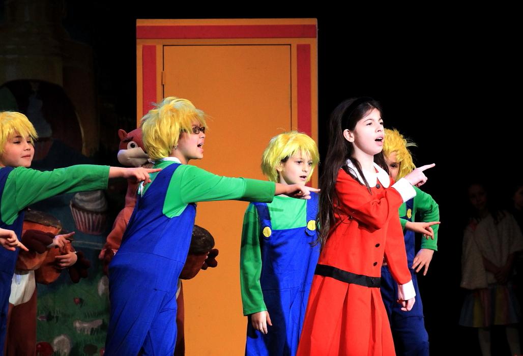 小学生演出的音乐剧《Willy Wonka》_图1-17