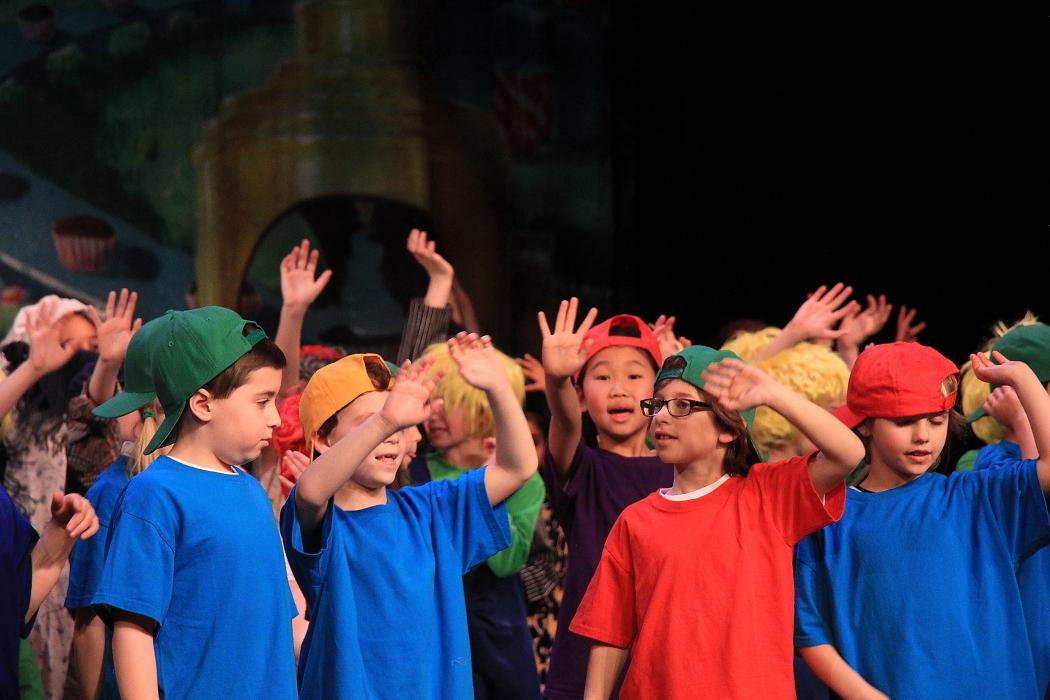 小学生演出的音乐剧《Willy Wonka》_图1-19