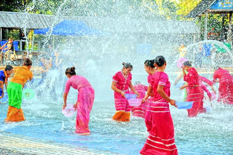 云南省西双版纳傣族泼水节习俗