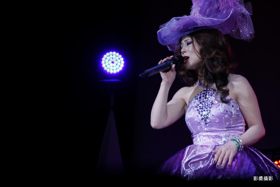 舞台上的歌手_图1-2