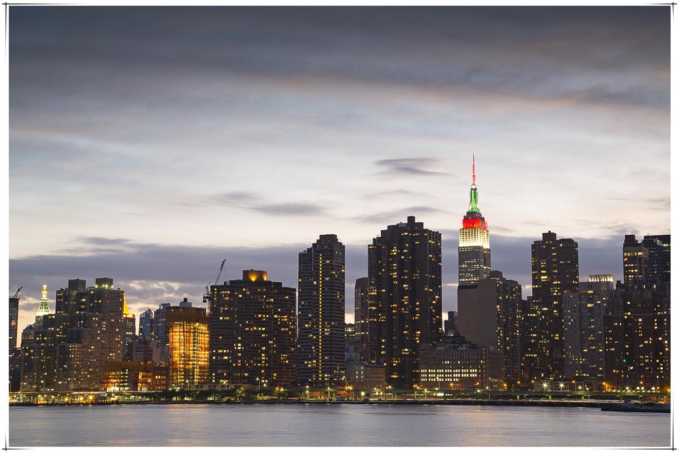 帝国大厦放彩灯庆祝第二十五届纽约香港龙舟节_图1-2