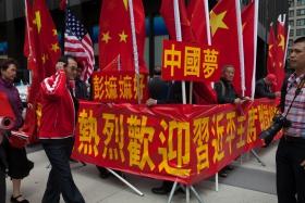 红旗飘飘斗志昂