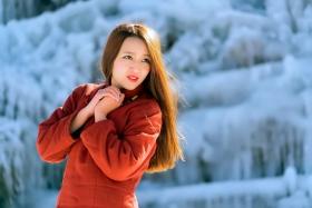 临沂女孩徜徉在最冷的一天里的冰雪童话世界